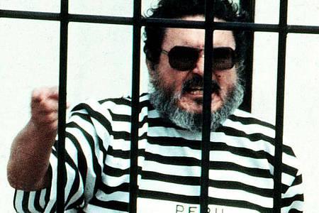 Im September 1992 schreit Abimael Guzman, der Gründer und Anführer der Guerillabewegung Leuchtender Pfad, in einer Gefängniszelle, nachdem er in Lima, Peru, gefangen genommen wurde. Foto: Str/AP/dpa