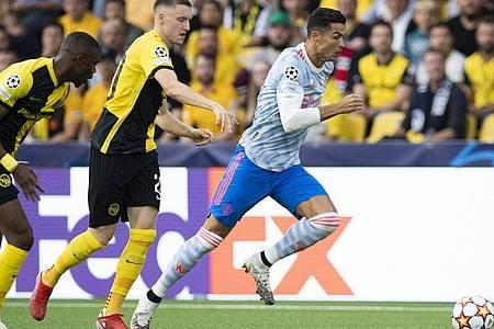 Cristiano Ronaldo (r) verlor trotz eines eigenen Treffers mit Manchester United in Bern. Foto: Peter Klaunzer/KEYSTONE/dpa