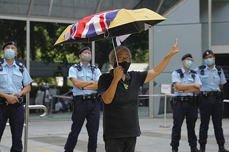 Ein pro-demokratischer Aktivist protestiert vor einem Gericht in Hongkong. Foto: Kin Cheung/AP/dpa
