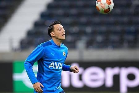 Mesut Özil nimmt am Abschlusstraining von Fenerbahce Istanbul im Frankfurter Stadion teil. Foto: Arne Dedert/dpa