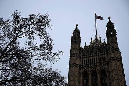Eine britische Nationalflagge weht auf den Houses of Parliament am Morgen nach dem vollständigen Austritt Großbritanniens aus der Europäischen Union. Foto: Matt Dunham/AP/dpa