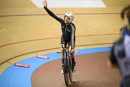 Einer von zwei deutschen Fahnenträger bei der Paralympics-Eröffnungsfeier in Tokio: Michael Teuber. Foto: Gregor Fischer/dpa