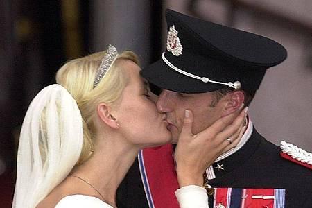 Kronprinz Haakon von Norwegen und seine Frau Kronprinzessin Mette-Marit küssen sich nach der Trauung. Foto: Boris Roessler/dpa