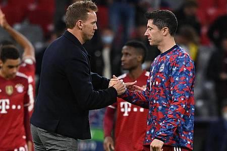 Bayern-Trainer Julian Nagelsmann (l) bedankt sich nach dem Spiel bei Stürmerstar Robert Lewandowski. Foto: Sven Hoppe/dpa