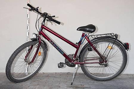 Weinrotes Fahrrad der Marke Lastrada