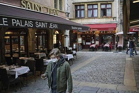 In Frankreich wurden annähernd 27.000 Neu-Infektionen innerhalb von 24 Stunden gemgeldet. Foto: Laurent Cipriani/AP/dpa