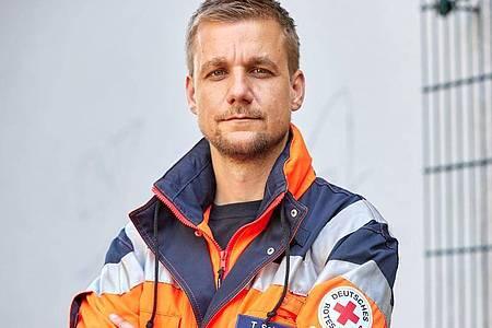 Tobi Schlegl als Rettungssanitäter 2020 in Hamburg. Foto: Georg Wendt/dpa