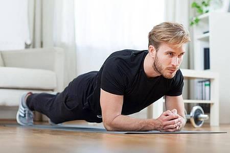 Der Unterarmstütz kräftigt viele Muskeln im Körper, insbesondere auch im Rücken. Foto: Christin Klose/dpa-tmn