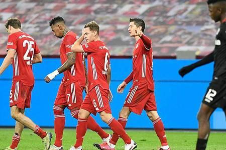 Weltfußballer Robert Lewandowski (2.v.r) war Bayerns Matchwinner beim Spitzenspiel in Leverkusen. Foto: Bernd Thissen/dpa-pool/dpa