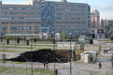 Einsatzkräfte suchen auf dem Parkplatz des Ospedale del Mare nach Verletzten. Foto: Alessandro Pone/LaPresse via ZUMA Press/dpa
