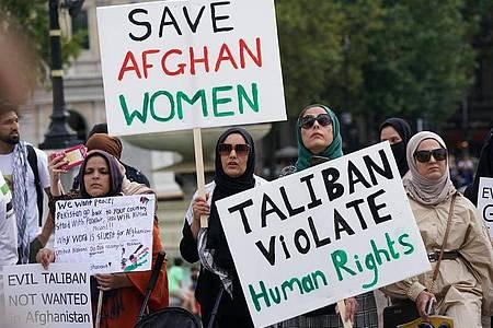 Frauen demonstrieren auf dem Trafalgar Square in London für Frauenrechte in Afghanistan. Foto: Yui Mok/PA Wire/dpa