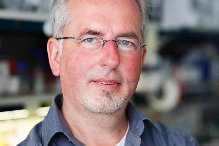 Herbert Holz ist am MPI für Immunbiologie und Epigenetik in Freiburg für die Ausbildung der angehenden Biologielaboranten zuständig. Foto: Philipp Von Ditfurth/dpa-tmn