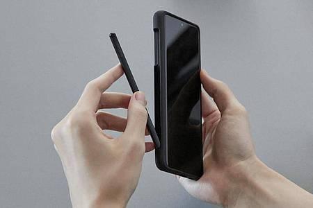 Bei Samsungs Galaxy S21 Ultra ist erstmals auch die Bedienung mit einem Stylus möglich. Der optionale S Pen kostet 39,90 Euro. Foto: Samsung/dpa-tmn