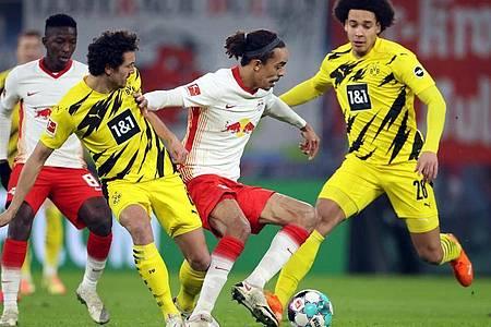 Die Dortmunder Thomas Delaney (l) und Axel Witsel (r) versuchen den ballführenden Leipziger Yussuf Poulsen zu stellen. Foto: Jan Woitas/dpa