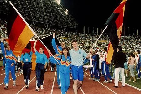 Arm in Arm: Fahnenträger Gabriele Lippe aus der Bundesrepublik und Ulf Timmermann aus der DDR 1990 bei der Schlußfeier der Leichtathletik-EM im jugoslawischen Split. Foto: -/dpa