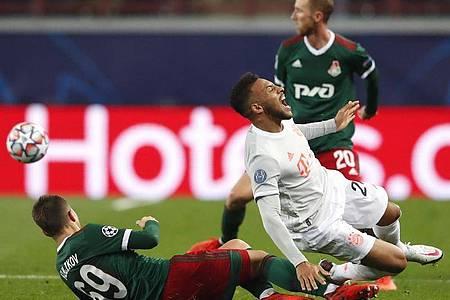 Moskau, hier Daniil Kulikov (l) mit Bayerns Corentin Tolisso, erwies sich als unangenehmer Gegner. Foto: Maxim Shemetov/Reuters Pool/dpa
