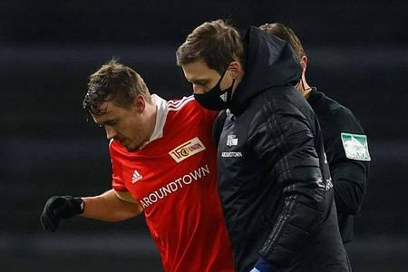 Max Kruse (l) geht verletzt zur Seitenlinie (Dezember 2020). Foto: Odd Andersen/AFP-Pool/dpa