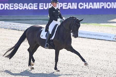 Isabell Werth reitet bei der EM auf Weihegold. Foto: Friso Gentsch/dpa