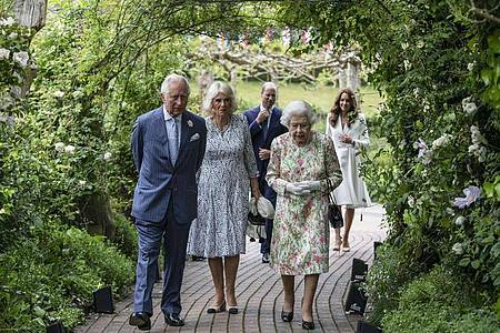 Die britische Königin Elizabeth II. (vorne r) mit Prinz Charles (l) und Camilla sowie Kate und Prinz William. Foto: Jack Hill/The Times/PA Wire/dpa