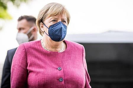 Bundeskanzlerin Angela Merkel (CDU) kommt zu der Fraktionssitzung von CDU/CSU am Bundestag an. Foto: Michael Kappeler/dpa