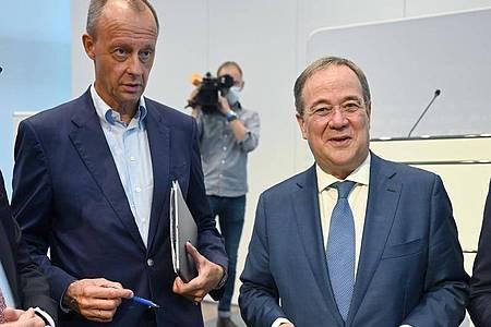 CDU-Bundestagskandidat Friedrich Merz (CDU, l) sieht SPD-Kanzlerkandidat Olaf Scholz in der Defensive. Foto: Bernd Weißbrod/dpa