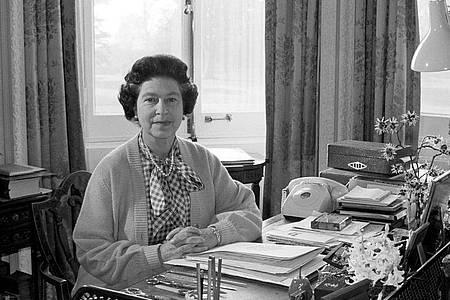 Königin Elizabeth II. in ihrem Arbeitszimmer im Sandringham House: Sie sitzt seit 69 Jahren auf dem britischen Thron. Foto: Ron Bell/PA Wire/dpa