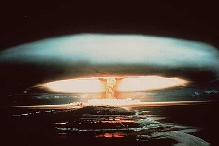 Nach der Explosion einer französischen Atombombe schwebt dieser riesige Atompilz über dem Mururoa-Atoll. Führende Friedensforscher sehen Anzeichen für eine beunruhigende Trendwende in den weltweiten Beständen an Atomwaffen. Foto: -/dpa