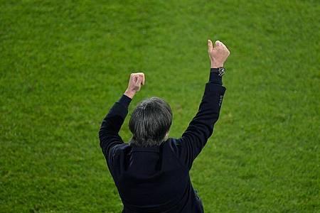 Bundestrainer Joachim Löw konnte gegen Island jubeln - doch die Gedanken waren auch bei Jonas Hofmann. Foto: Tobias Schwarz/AFP-Pool/dpa