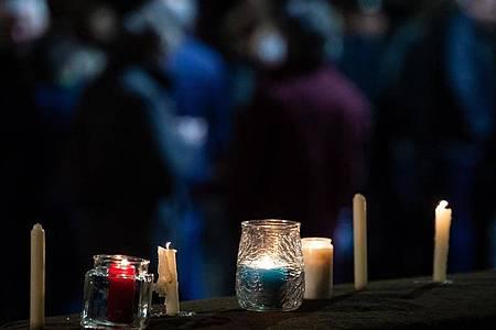 Kerzen stehen nach dem ökumenischen Gottesdienst an der Kirche St. Marien. Am Vortag war 29-Jähriger mit seinem Auto in einen Karnevalsumzug gerast. Foto: Swen Pförtner/dpa