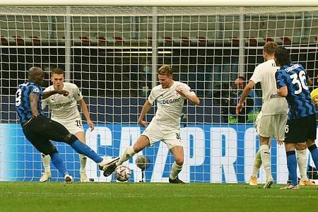 Romelu Lukaku (l) brachte Inter nach dem Seitenwechsel in Führung. Foto: Cezaro de Luca/dpa