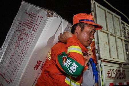Rettungskräfte tragen Hilfsgüter in den Autonomen Kreis Yangbi Yi in der südwestchinesischen Provinz Yunnan. Ein Erdbeben der Stärke 7,4 hat den Nordwesten Chinas erschüttert. Das Zentrum lag nach Angaben des seismischen Netzwerks Geofon in Potsdam in der Provinz Qinghai und wurde in einer Tiefe von zehn Kilometern gemessen. Foto: XinHua/dpa
