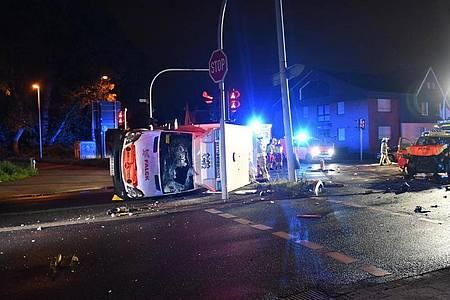 Ein Rettungswagen und ein Notarzteinsatzfahrzeug der Feuerwehr Herne sind kollidiert. Die vier bei dem Unfall verletzten Menschen kamen in Krankenhäuser, konnten diese dann aber mit Schürfwunden und Prellungen wieder verlassen. Foto: Daniel Knopp/News-Report-NRW/dpa