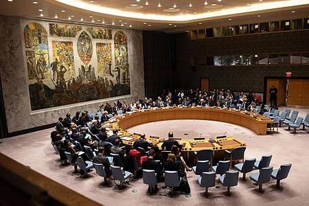 Blick auf eine Sitzung des Sicherheitsrates der Vereinten Nationen (UN) 2019. Nach mehr als einem Jahr größtenteils virtueller Treffen stellt der Rat weitgehend wieder auf Sitzungen mit persönlicher Präsenz um. Foto: Ralf Hirschberger/dpa