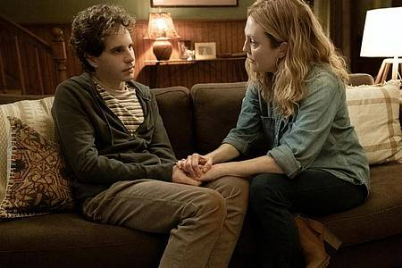 """Evan Hansen (Ben Platt) und Heidi Hansen (Julianne Moore) in einer Szene des Films """"Dear Evan Hansen"""". Foto: Erika Doss/Universal Pictures/dpa"""