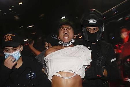 Israelische Polizeibeamte verhaften einen Demonstranten bei einem Protest gegen Sperrmaßnahmen, die ihrer Meinung nach darauf abzielen, die Proteste gegen Israels Premierminister Netanjahu einzudämmen. Foto: Ariel Schalit/AP/dpa