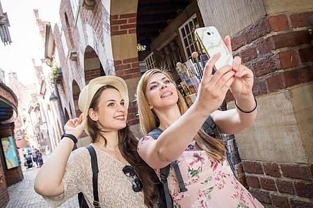 Für Urlauber oder Studierende im Auslandssemester können Mobilfunk-Jahrespakete eine gute Lösung sein. Foto: Christin Klose/dpa-tmn