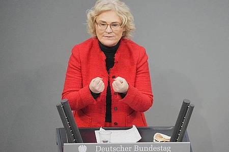 Christine Lambrecht (SPD), Bundesministerin der Justiz und für Verbraucherschutz, spricht im Plenum im Bundestag. Foto: Michael Kappeler/dpa