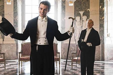 """Jannis Niewöhner (l) als Felix Krull und Joachim Król als Kuckuck in einer Szene des Films """"Bekenntnisse des Hochstaplers Felix Krull"""". Foto: Thomas Kost/Warner Bros/Bavaria Filmproduktion/dpa"""