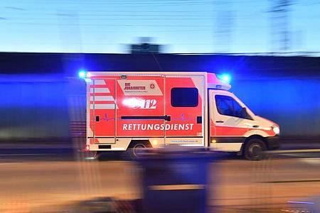 Ein Rettungswagen mit eingeschaltetem Blaulicht. Symbolbild. Foto: Boris Roessler/dpa