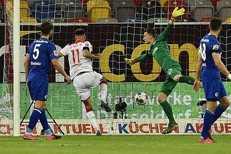Düsseldorfs Kenan Karaman (2.v.l.) drehte mit seinem Tor die Partie gegen Schalke. Foto: Martin Meissner/AP-Pool/dpa