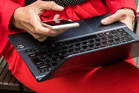 Lieber in die Einstellungen schauen: Wer sein Smartphone verloren oder verliehen hatte, sollte das Gerät nach Hinweisen auf sogenannte Stalkerware überprüfen. Foto: Christin Klose/dpa-tmn