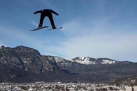 Karl Geiger in Aktion beim Probedurchgang auf der Großschanze in Garmisch-Partenkirchen. Foto: Daniel Karmann/dpa