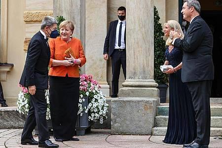 Bundeskanzlerin Angela Merkel, ihr Mann Joachim Sauer, Markus Söder, seine Frau Karin Baumüller-Söder kommen zum Festspielhaus auf dem Grünen Hügel. Foto: Daniel Karmann/dpa