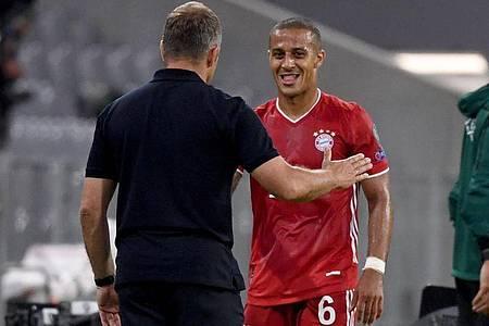 Münchens Trainer Hansi Flick spricht am Spielfeldrand mit Thiago (r). Foto: Sven Hoppe/dpa