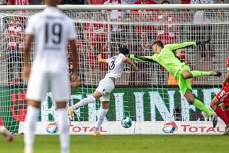 Ruben Vargas (2.v.l.) erzielt das 1:0 für den FC Augsburg gegen Berlins Torwart Andreas Luthe (M). Foto: Andreas Gora/dpa