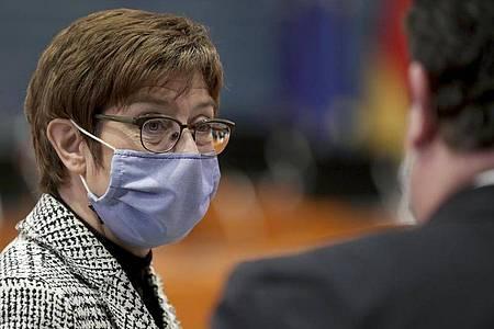 Annegret Kramp-Karrenbauer, CDU-Bundesvorsitzende und Verteidigungsministerin, will die Bundeswehr besser gegen feindliche Angriffe mit Drohnen rüsten. Foto: Michael Sohn/POOL AP/AP