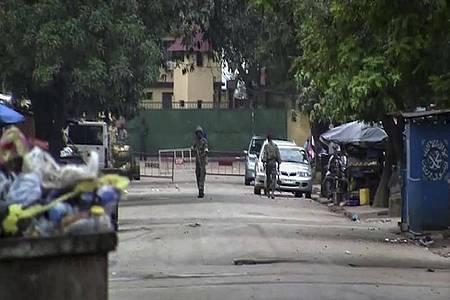 Bislang nicht identifizierte Soldaten in der Nähe des Präsidentenpalastes in der Hauptstadt Guineas. Nach einem mutmaßlichen Putschversuch ist die Lage im Land unklar. Foto: Uncredited/AP/dpa