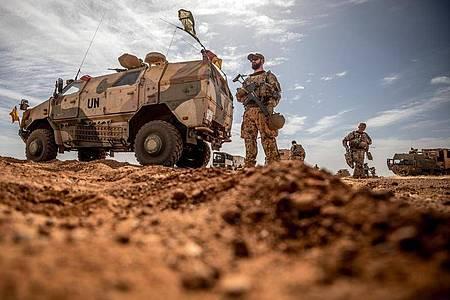 Ein Soldat der Bundeswehr steht am Flughafen nahe des Stützpunktes in Gao im Norden Malis. Foto: Michael Kappeler/dpa
