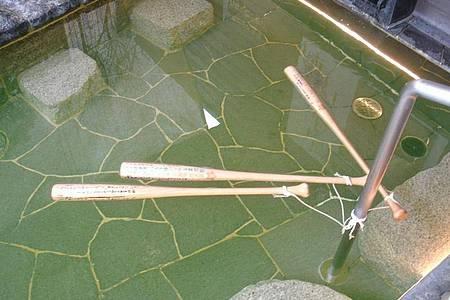 Drei in einem Becken schwimmende Basballschläger. Foto: -/Stadt Toyokawa/dpa