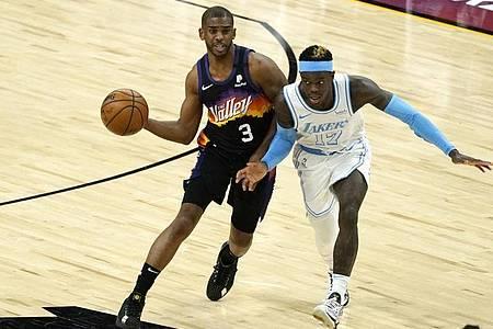 Phoenix-Spieler Chris Paul (l) setzt sich im Spitzenspiel gegen Dennis Schröder von den Lakers durch. Foto: Rick Scuteri/AP/dpa